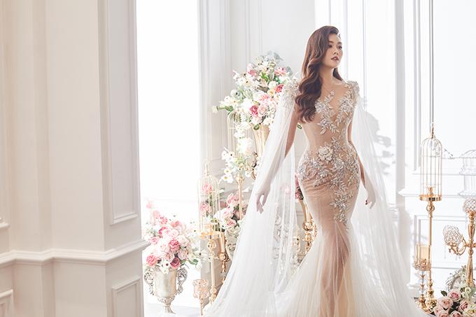 Tay áo dài đóng vai trò là tà phụ của bộ cánh, giúp từng cái nhấc tay của nàng dâu trở nên yêu kiều, uyển chuyển.