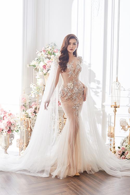 Váy đuôi cá phối từ vải tulle và lớp lót màu nude giúp tân nương hóa thành nàng tiên trong truyện cổ với vẻ đẹp mong manh, thoát tục.