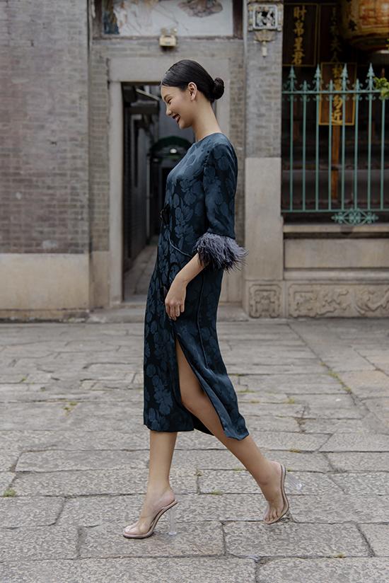 Váy không kén dáng, đầm xẻ cao tôn nét mảnh mai là hai dòng trang phục được nữ thiết kế khai thác triệt để ở bộ sưu tập này.