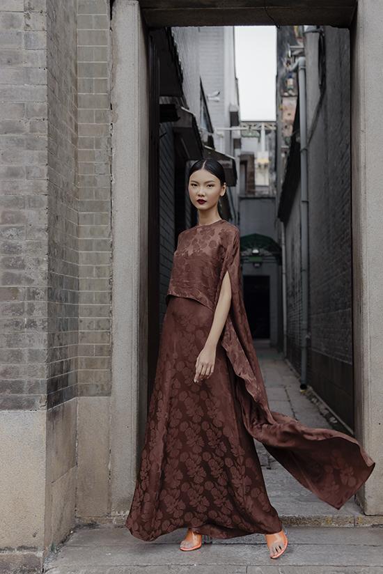 Trung thành khai thác chất liệu lụa truyền thống nhưng Hà Linh Thư vẫn bắt nhịp với hơi thở của thời đại bằng những thiết kế phù hợp với nhịp sống, sở thích của phụ nữ.
