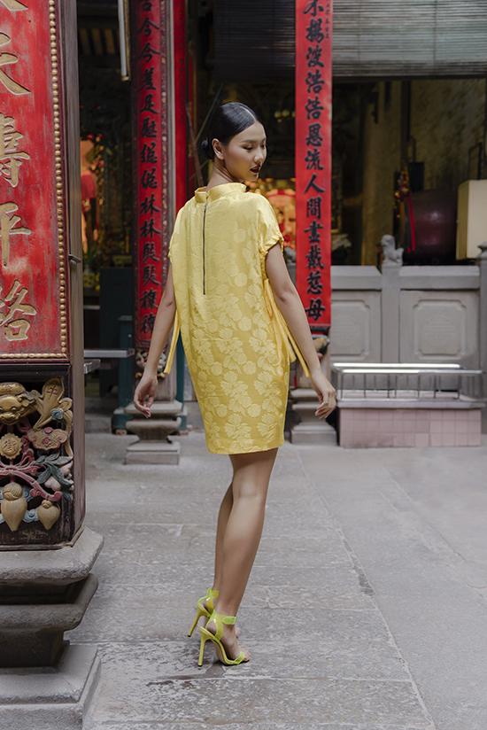 Bên cạnh những tông màu được ưa chuộng trong mùa thu đông như nâu, nude, nâu đất... nhà mốt còn giới thiệu thêm các kiểu váy lụa gam vàng rực rỡ, xanh hay vải lụa in hoa.