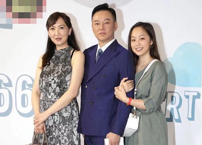 Ca sĩ Dương Phàm và vợ con.