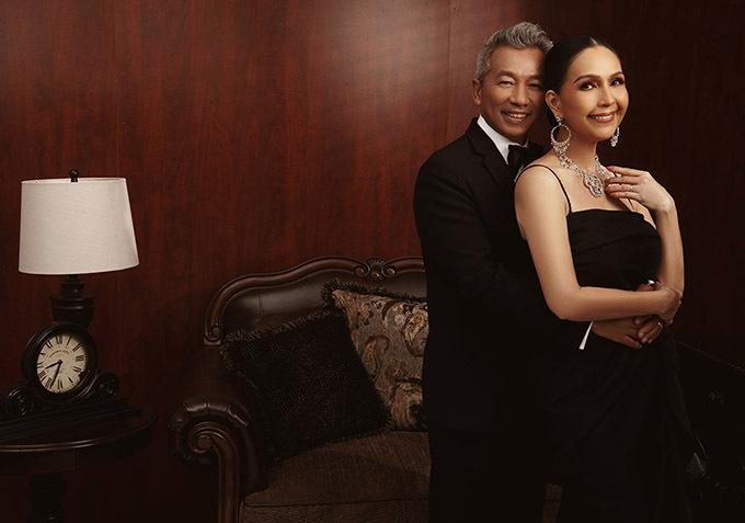 Diễm My diện ba bộ váy đen của nhà thiết kế Đỗ Mạnh Cường, khoe nhan sắc gợi cảm ở tuổi trung niên. Ông xã của chị cũng được nhiều người khen phong độ, trẻ trung dù cận kề tuổi 60.