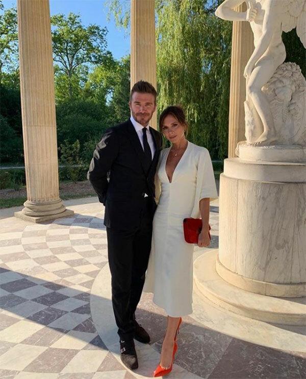 Vợ chồng Becks chụp ảnh kỷ niệm trong chuyến đi thăm lâu đài Versailles, Paris, hồi tháng 7.