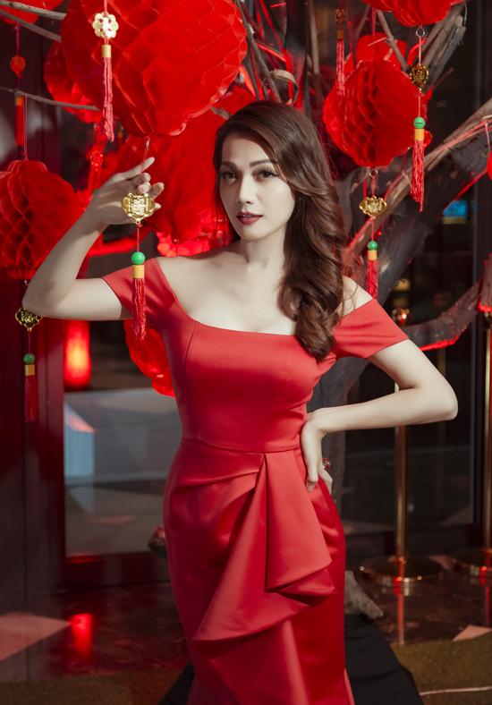 Hoa hậu diện váy đỏ rực của nhà thiết kế Nguyễn Hà Nhật Huy, khoe nhan sắc khả ái.