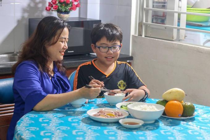 #Ông bố Hoàng Bách và các bà mẹ Việt nói gì về cách dạy con hiện đại - xin edit - 4