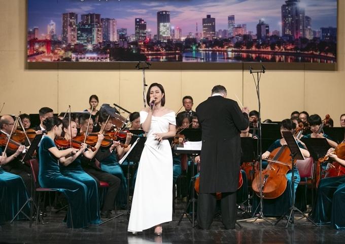 Đông Nhi trong đêm nhạc.