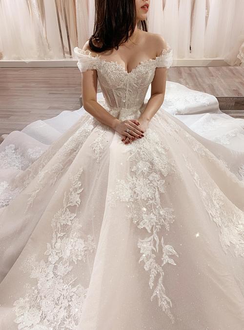 Váy xòe tuy được nhận xét là dễ mặc, có thể phù hợp với mọi cô dâu nhưng lựa chọn một chiếc váy sao cho độ rộng của tùng váy không nuốt dáng hay điểm siết eo chuẩn mực để nhấn mạnh nét thon thả, vòng một tròn đầy tự nhiên... l