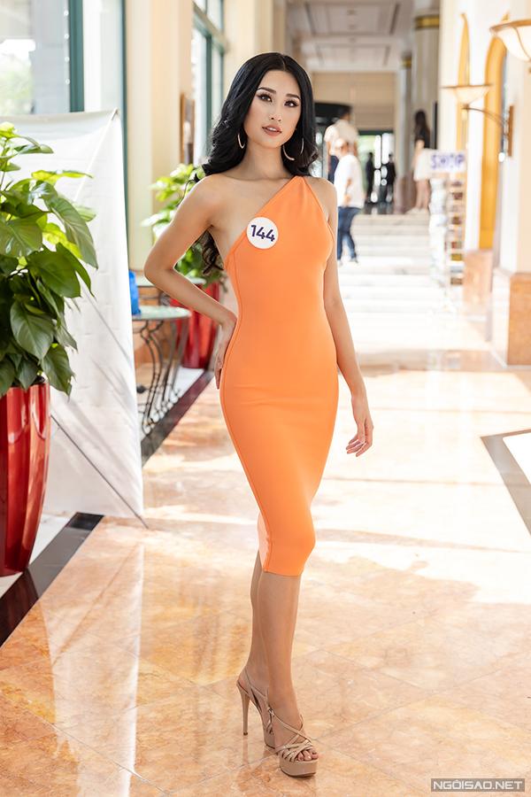 Người đẹp Phạm Anh Thư cũng gây chú ý khi đăng ký dự thi. Cô vừa đoạt Top 15 Hoa hậu Thế giới Việt Nam 2019 và có nhiều năm kinh nghiệm làm mẫu. Tại buổi sơ khảo, Anh Thư cho biết, cô rất tự tin vào bản thân ở thời điểm hiện tại. Cô vừa giảm 4kg sau khi tham gia Hoa hậu Thế giới Việt Nam và hiện nỗ lực tăng cân để có thân hình như cũ.