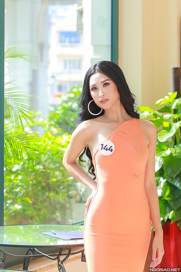 Cô vừa giảm 4kg sau khi tham gia Hoa hậu Thế giới Việt Nam và hiện nỗ lực tăng cân để có thân hình như cũ.