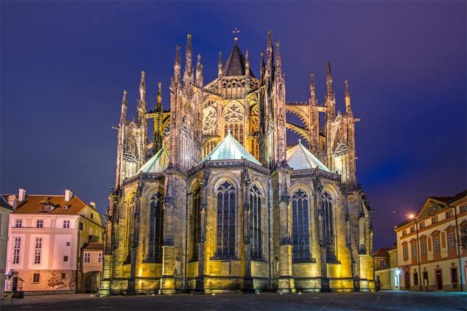 Thành phố Prague nổi tiếng với các nhà thờ tại đây đặc biệt là nhà thờ St.Vitus, là nhà thờ lớn nhất và có ý nghĩa lịch sử rất quan trọng. Nhà thờ này chính là nơi yên nghỉ của nhiều hoàng đế của Đế chế La Mã Thần thánh và các vị vua của Bohemia.