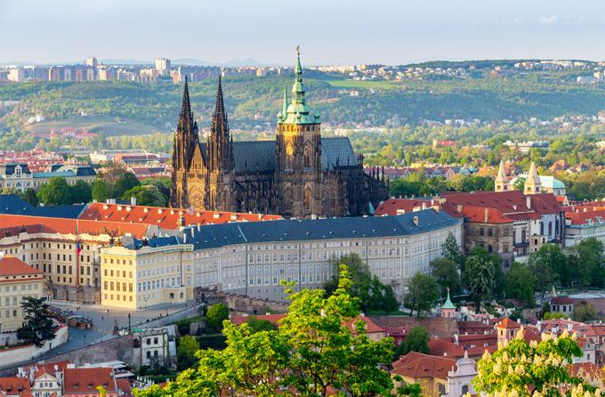 Các tòa tháp nhà thờ tại khu phức hợp Lâu đài Prague là khu phức hợp lớn nhất thế giới. Ngày nay, đây là nơi ở của tổng thống Séc