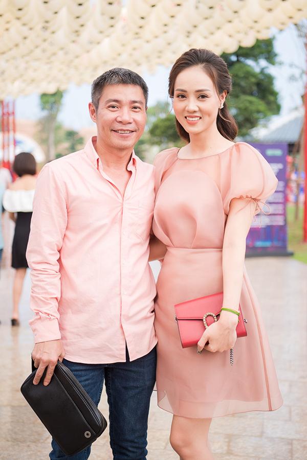 Ngọc Hà, bạn gái NSND Công Lý, khéo chọn váy của nhà thiết kế Hoà Nguyễn ton sur ton với áo sơ mi của bạn trai. Từ khi yêu nhau, Ngọc Hà luôn là người sắm sửa, chăm chút vẻ ngoài cho Công Lý.