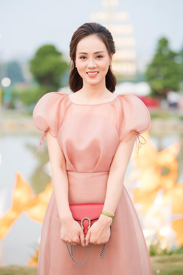Ngọc Hà sinh năm 1988, là phóng viên mảng giải trí của một tờ báo điện tử. Cô hết lòng ủng hộ bạn trai trong sự nghiệp nghệ thuật.