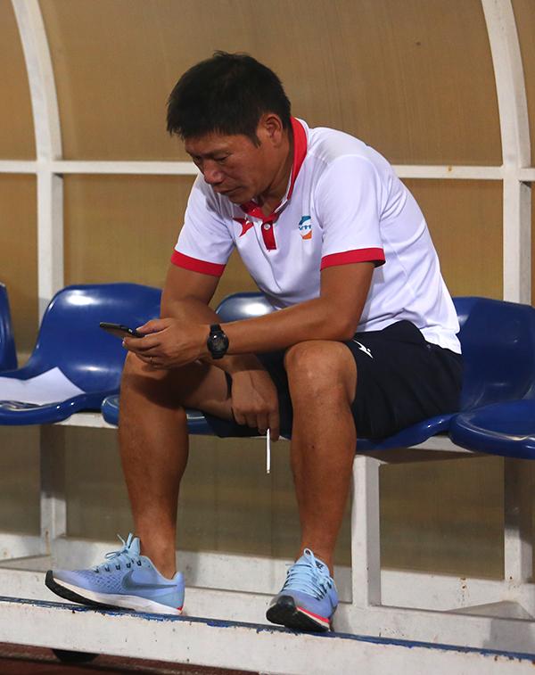 HLV Hải Biên ngồi buồn sau thất bại 2-5 của Viettel trước Hà Nội. Ảnh: Đương Phạm.
