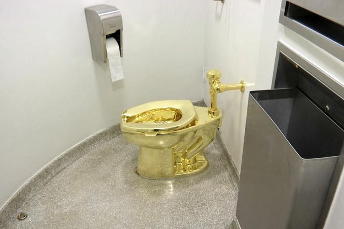 Chiếc bồn cầu vàng trị giá 6 triệu USD bị đánh cắp sáng sớm 14/9. Ảnh: AP.