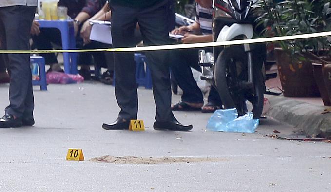 Các vết máu và số do cảnh sát đánh dấu là vị trí nam thanh niên nằm khi rơi từ tầng cao của ngôi nhà.Ảnh: Phương Sơn