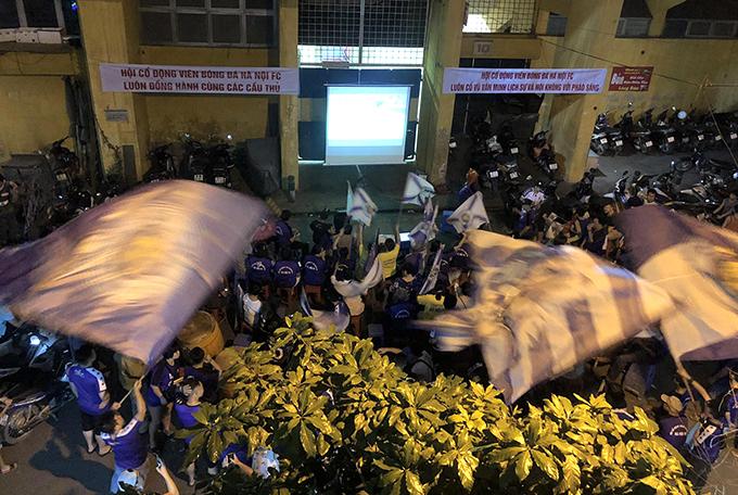 CĐV Hà Nội tiếp lửa cho đội bóng thông qua màn hình máy chiếu ngoài sân Hàng Đẫy.
