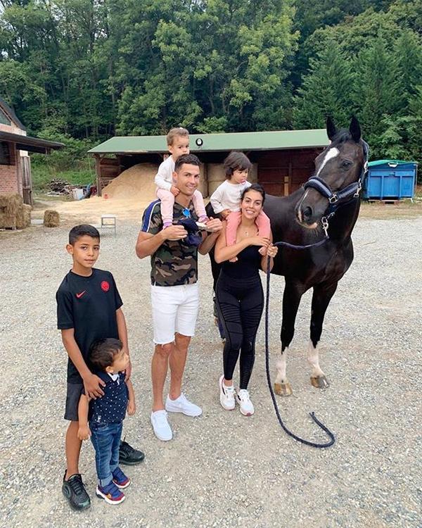 Cả C. Ronaldo và người tình xinh đẹp đều đăng ảnh cả nhà chụp cùng một chú ngựa.