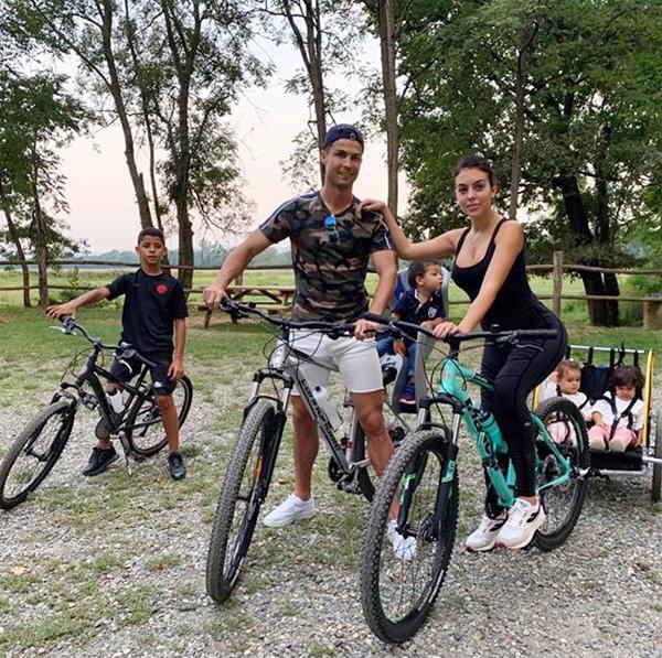 Trên trang cá nhân hôm 15/9, cả C. Ronaldo và bạn gái đều chia sẻ nhiều hình ảnh về chuyến đạp xe đi dạo của cả gia đình tới một trường dạy đua ngựa.