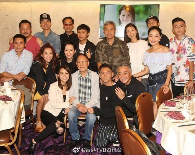Hoàng Tâm Dĩnh (ngồi hàng đầu, bên trái) và các đồng nghiệp trong đoàn phim Ngưu hạ nữ cao âm.
