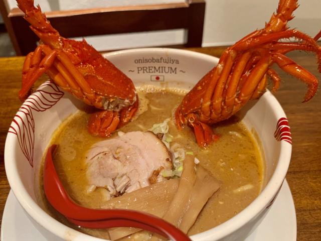Mỗi bát Tôm hùm Miso Ramen bao gồm toàn bộ tôm hùm, xào bơ cho hương vị thêm phong phú, và cũng để ngăn chặn bất kỳ mùi thơm khó chịu. Ý nghĩ thêm sữa vào ẩm thực châu Á có thể khiến bạn thấy kỳ quặc, nhưng miso ramen bơ là một loại mì phổ biến ở Hokkaido, quận của Nhật Bản liên quan nhiều nhất đến miso ramen, và Hey! Taku-chan thậm chí còn sử dụng bơ có nguồn gốc Hokkaido.