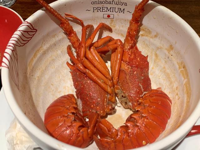 Tôm hùm rất chắc chắn, nhưng cực kỳ ngon ngọt, với hương vị vốn có của nó hòa quyện với bơ, miso và vỏ sò thành một hồ sơ hương vị nguyên bản và ngon tuyệt.
