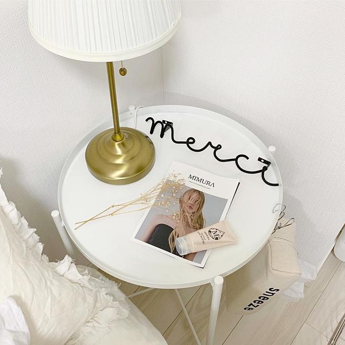 Chiếc tab đầu giường cũng được thay đổi để phù hợp với không gian chung.