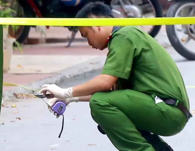 Cảnh sát thu con dao nghi do nam thanh niên gây án tại hiện trường. Ảnh: Phương Sơn.