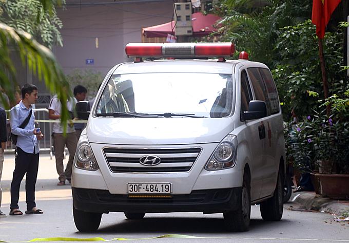 Chiếc xe cứu thương đỗ trước cửa ngôi nhà đưa hai nạn nhân nữ rời khởi hiện trường lúc 9h40. Ảnh: Phương Sơn