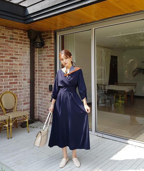 Thay thế cho tông trắng thanh nhã, váy áo thu đông là sự lên ngôi của những tông màu xanh đen, nâu, cafe sữa.