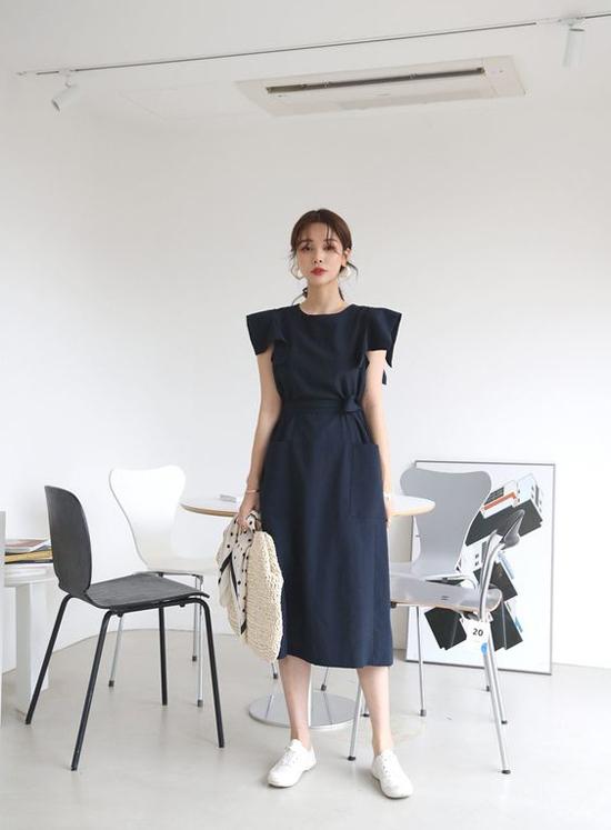 Đầm thắt eo không phải là xu hướng mới toanh, nhưng chúng vẫn được phái đẹp yêu thích bởi tính tiện lợi. Đồng thời đây là trang phục mà nàng hơi tròn trĩnh hay mảnh khảnh vẫn có thể chưng diện.