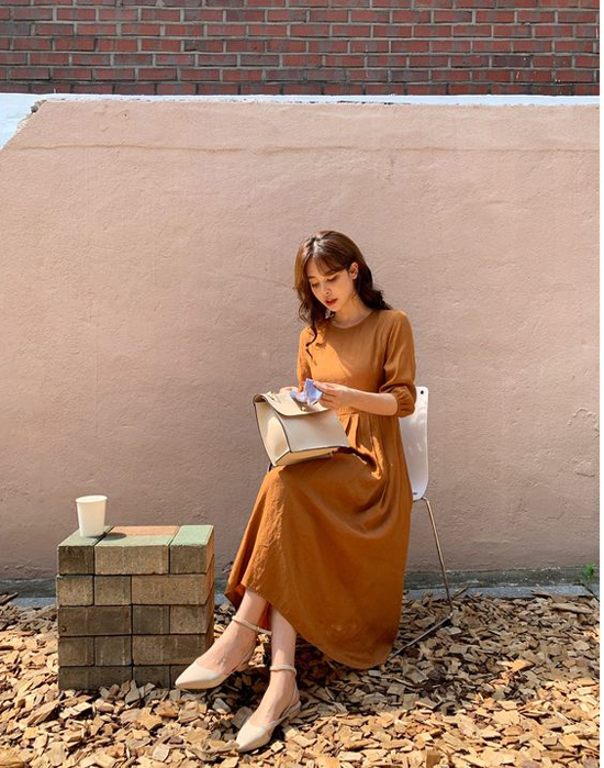 Đến hẹn lại lên, váy nâu mang cảm giác ấm áp luôn là sản phẩm được ưa chuộng trong mùa thu đông.