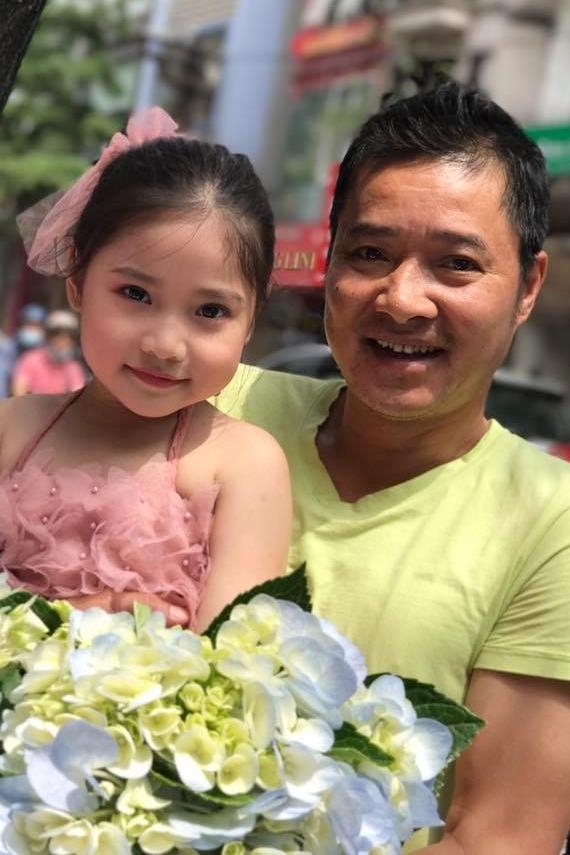 Cựu danh thủ Hồng Sơn có ba người con, trong đó con gái út Khánh Vân, tên thân mật là Gấu, năm nay 6 tuổi, có vẻ ngoài xinh xắn. Cô bé bộc lộ năng khiếu nghệ thuật từ sớm, luôn tỏ ra hào hứng với các hoạt động diễn kịch, biểu diễn thời trang.