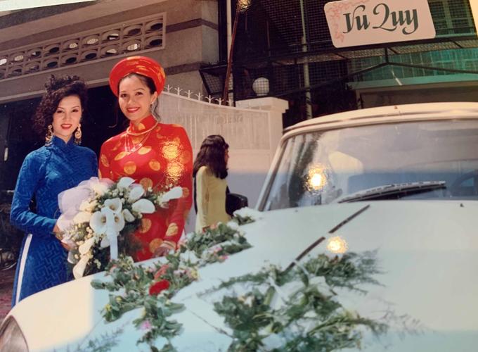 Diễm My diện áo dài truyền thống đỏ rực trong đám cưới năm 1994. Diễn viên Mộng Vân khi đó là bạn thân của Diễm My, giữ vai trò phù dâu.
