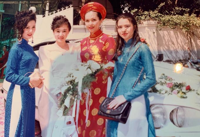 Á hậu TP HCM 1989 Lý Mỹ Dung (ngoài cùng bên phải) cũng là phù dâu trong ngày cưới của Nữ hoàng ảnh lịch thập niên 90.