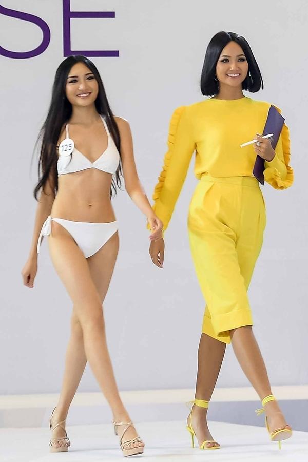 Hoa hậu HHen Niê thị phạm catwalk cho một thí sinh.