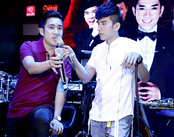 Trên sân khấu hai ca sĩ thường ăn mặc chỉn chu, lịch lãm còn ngoài đời họ chuộng phong cách giản dị, thoải mái.