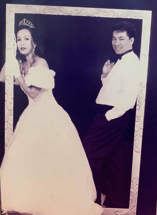 Trước hôn lễ, hai vợ chồng đến một studio thực hiện album cưới. Chị không khỏi bồi hồi, xúc động khi xem lại những bức ảnh chụp từ 25 năm trước.