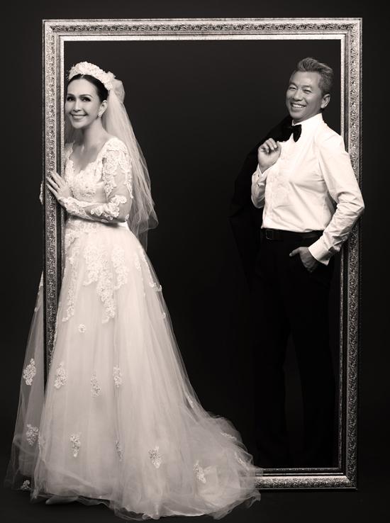 Nữ diễn viên và ông xã vừa ôn lại kỷ niệm ngọt ngào thuở xưa bằng bộ ảnh mới. Diễm My mặc chiếc váy cưới ngày nào, tạo dáng e ấp trong khung hình với doanh nhân Hà Tôn Đức.