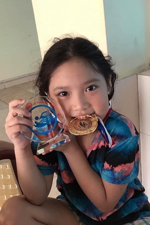 Gia đình Hồng Sơn hy vọng con gái theo đuổi hình ảnh trong sáng, hồn nhiên đúng với lứa tuổi.