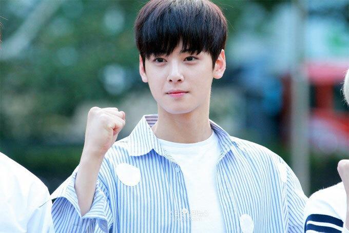 Bí quyết của Eun-Woo, cho làn da sáng và khỏe mạnh là những bước trong quy trình chăm sóc da của anh. Nó bao gồm: nước bạc hà hydrat, toner, chất tẩy rửa, và kem mặt mà anh ấy sử dụng qua đêm.
