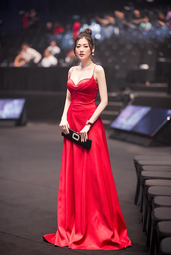 Á hậu Tú Anh khoe nhan sắc gái một con với đầm hai dây và trang sức lấp lánh. Sau thời gian nghỉ sinh em bé, cô tích cực xuất hiện tại các sự kiện.