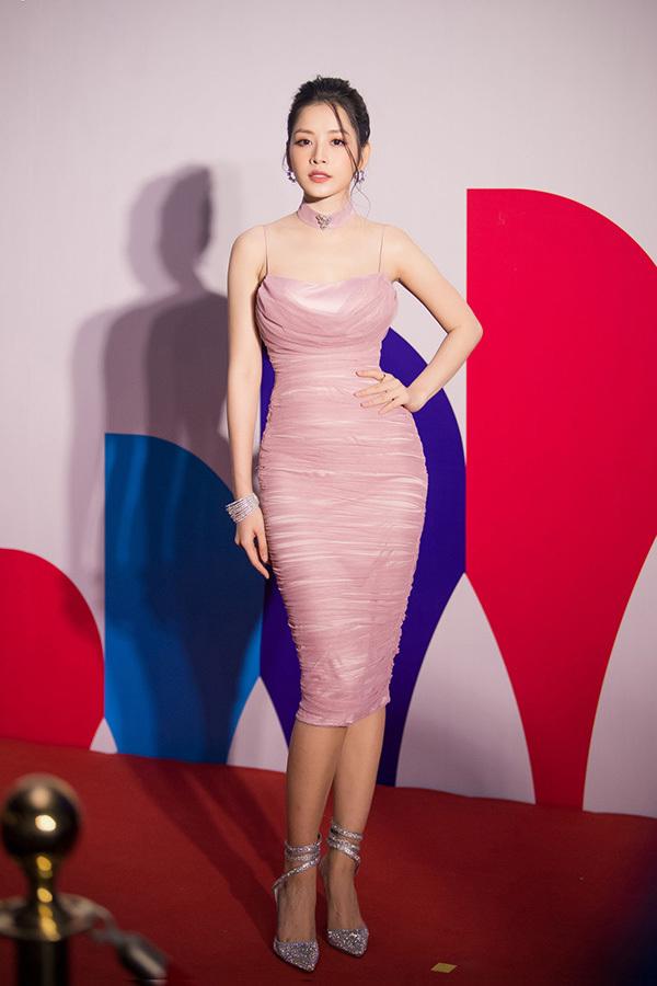 Diễn viên, ca sĩ Chi Pu chọn váy ôm sát, tôn đường cong kết hợp với giày đính đá lấp lánh.