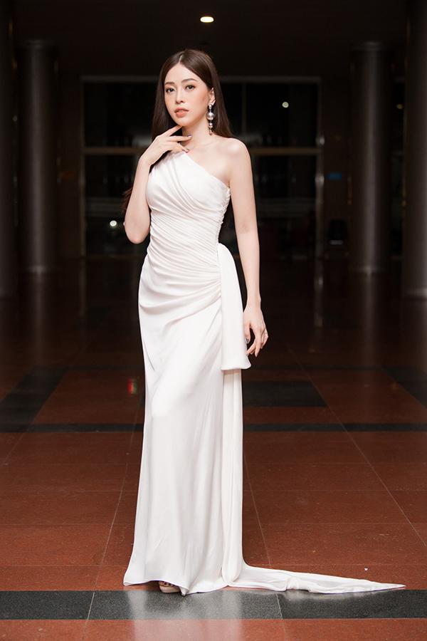 Á hậu Phương Nga trung thành với phong cách dịu dàng, nữ tính thường thấy.