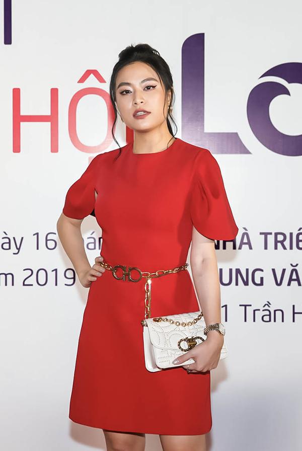 Ca sĩ Hoàng Thùy Linh từ TP HCM bay ra Hà Nội dự sự kiện.