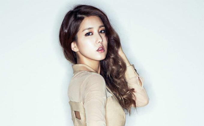 Ca sĩ Yang Ji-won: Thành viên của nhóm nhạc Spica cho biết các cô gái Hàn Quốc thường thích sử dụng lớp trang điểm dày nhưng cô lại yêu lối makeup tôn lên vẻ đẹp tự nhiên, trong trẻo. Người đẹp sẽ lấy chì kẻ dọc viền mi mắt để nó trông dày vàchuốt mascara giúplông micong quyến rũ. Với đôi môi, Ji-wonsẽ sử dụng son nước mỏng nhẹ thay vìcác loại son lỳ.