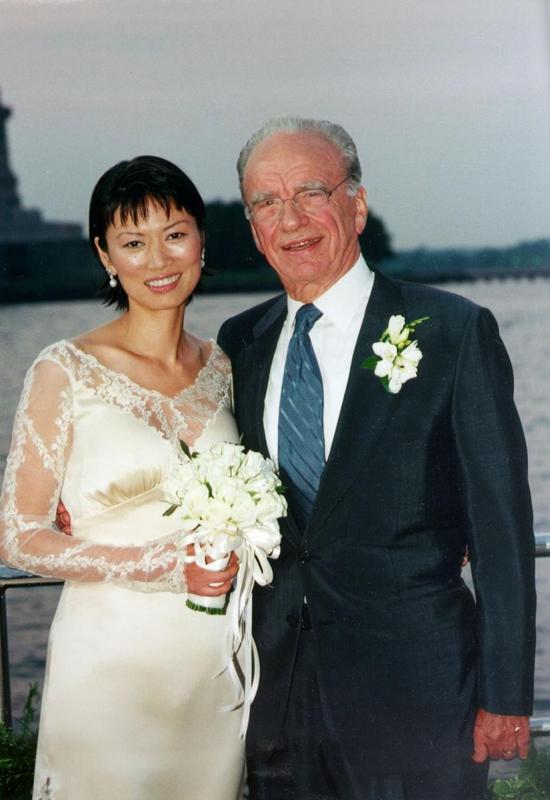 Đám cưới xa hoa của tỷ phú truyền thông Murdoch và Đặng Văn Dịch diễn ra chỉ sau 17 ngày ông hoàn tất thủ tục ly hôn với vợ cũ. Bị đồn đoán dùng nhan sắc dụ dỗ tỷ phú, Đặng Văn Địch phân trần: Chúng tôi đã thuộc về nhau ngay từ cái nhìn đầu tiên đó. Tôi cũng không phải là cô bé lọ lem bước vào một thế giới xa hoa và giàu có trong gia đình nhà Murdoch. Quả thực tôi rất yêu người đàn ông này. Tỷ phú Murdoch trả lời phóng vấn sau một năm kết hôn rằng: Tôi đã yêu cô ấy ngay lần đầu gặp mặt và hỏi cưới cô ấy nhưng cô ấy nói không và tôi phải mất một thời gian dài để thuyết phục cô.