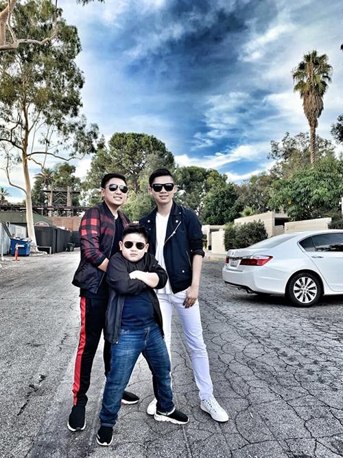 Bằng Kiều đăng ảnh ba con trai tạo dáng ngầu và cho biết 4 bố con mới quay MV chung.