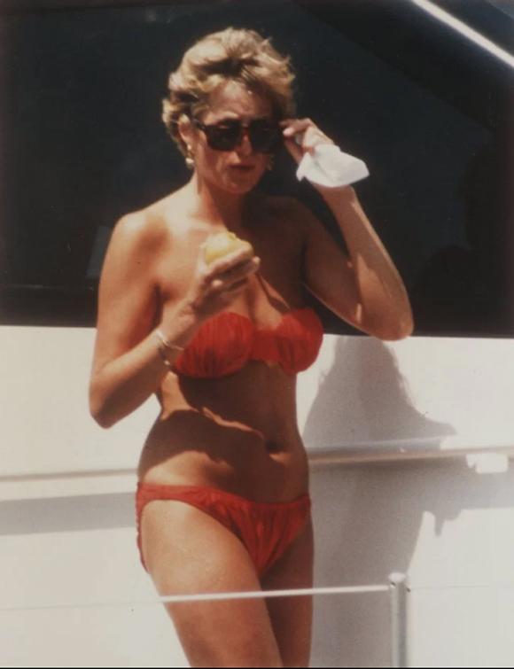 Cố Công nương Diana trong một lần đi tắm biển hồi năm 1996. Ảnh: UK Press.